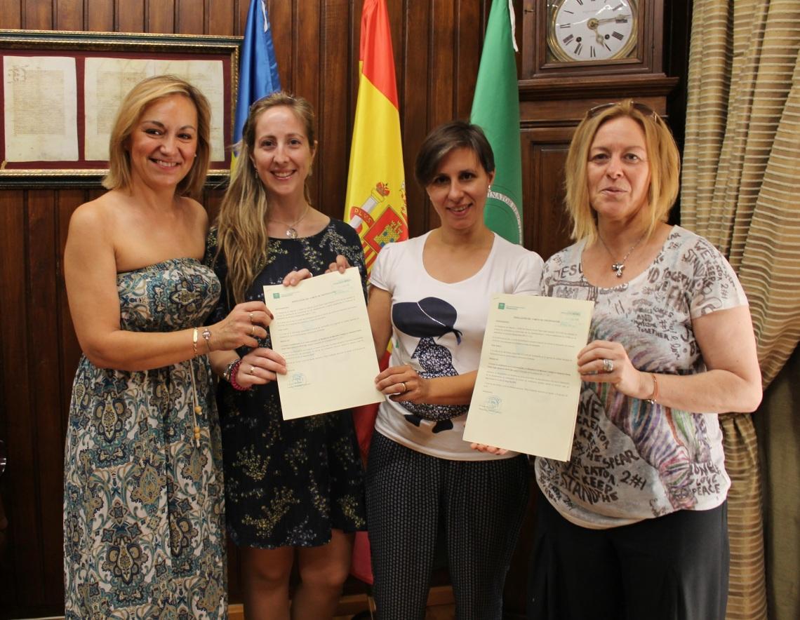 Trabajadoras_de_la_Residencia_muestran_el_Certificado_de_Calidad_a_la_Concejala_de_Serivicios_Sociales - copia