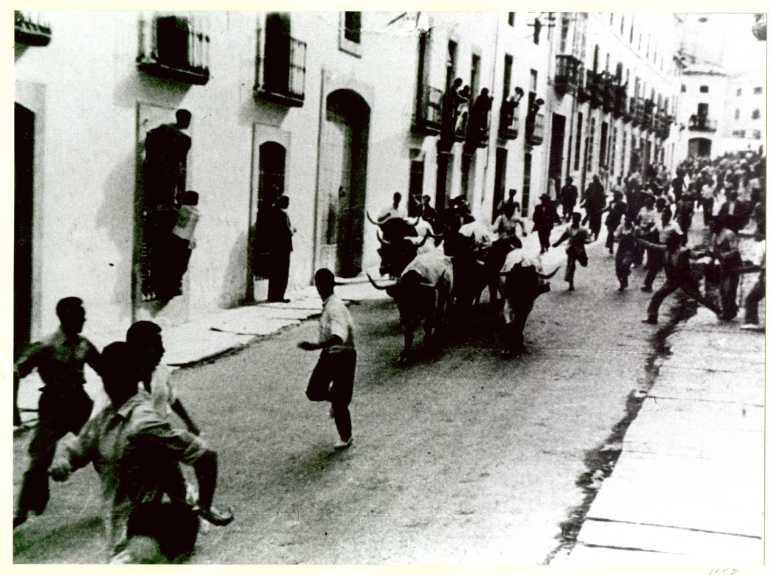Encierro bajando por la calle del Ministro Benavides. Años 70.Exposición AHISVI